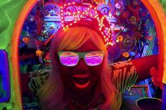 Neon e cores exóticas, como de praxe, fazem parte do novo clipe de Gabi Amarantos: http://rollingstone.uol.com.br/video/neon-e-cores-exoticas-como-de-praxe-fazem-parte-do-novo-clip …