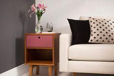O criado-mudo pode ser utilizado perfeitamente como mesinha lateral na sua sala de estar!