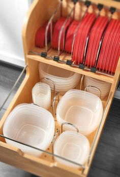 Organize your kitchen and keep food storage containers organized with these 12 ideas to organize food storage containers and tupperware! Kitchen Storage Hacks, Kitchen Organization Pantry, Container Organization, Home Organization, Storage Ideas, Kitchen Hacks, Smart Storage, Food Storage Rooms, Pantry Storage Containers