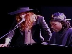 "Florence Welch & Dev Hynes Cover Icona Pop's ""I Love It"" at HRC Benefit. Proof that this woman can sing anything and make it amazing!"