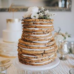 Obsessed with this chocolate chip cookie wedding cake😍🍪 Perfect if you want a non-traditional wedding cake🍪 Captured by @jesworkman 📸 Cake by @greatdanebakingco