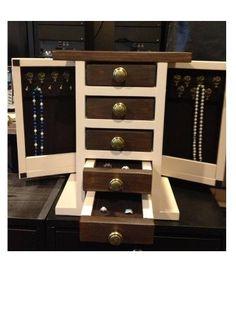 "9 Free DIY Jewelry Box Plans: Ana White's ""Fancy"" Jewelry Box Plan 9 Gratis doe-het-zelf-juwelendoosplannen: Ana White & # s ""Fancy"" juwelendoos-plan Diy Jewlery Box, Jewerly Box Diy, Wooden Jewelry Boxes, Diy Jewelry, Hanging Jewelry, Jewellery Boxes, Jewelry Storage, Diy Jewellery Box Ideas, Fashion Jewelry"