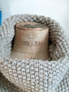 Matériel  Un écheveau de Cascade Ecological Wool ici en couleur 8018 (gris clair) Aiguilles circulaires 8mm  Réalisation  Tricotez la...