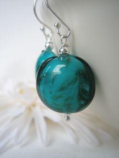 Øredobber i sølv med glittrende grønne perler