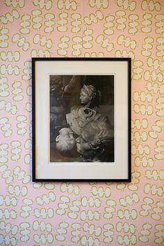 Kunst på tapetet.  Håndtrykt LLZ TAPET PORSELÆNSGRIS Fra udstillingen i Galleri5000 2014