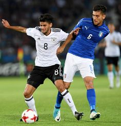 Germany's midfielder Mahmoud Dahoud (L) and Italy's midfielder Lorenzo Pellegrini vie for the ball during the UEFA U-21 European Championship Group C football match Italy v Germany in Krakow, Poland on June 24, 2017. / AFP PHOTO / JANEK SKARZYNSKI