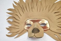 After reading The Lion the Witch and the Wardrobe and considering possible projects from my DIY books I decided to make an Aslan mask fo. Musical Rey Leon, Lion King Musical, Lion King Jr, Narnia Costumes, Diy Costumes, Costume Ideas, Lion King Costume, Cardboard Mask, Afrique Art