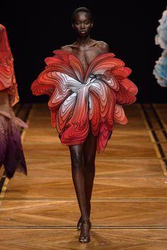 Iris van Herpen Spring 2019 Couture Fashion Show - Vogue Paris Fashion, New Fashion, Trendy Fashion, Fashion Art, Fashion Show, Fashion Design, Gothic Fashion, Fashion Textiles, China Fashion