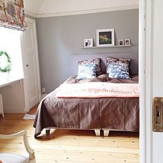 stiligahem.se - bedroom in gray, chocolate brown and china blue. Antiques with modern