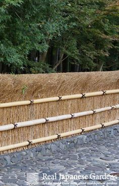 Shiba-gaki (柴垣), traditional Japanese brushwood fence | ebook on Japanese garden fences: http://www.japanesegardens.jp/elements/000107.php