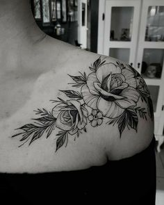 Stunning Floral Shoulder Tattoo Designs You Must Have - Page 4 of 52 - Chic Hostess Rosen Tattoo Frau, Traditional Rose Tattoos, Tatuaje Old School, Tattoos For Women Flowers, Flower Tattoo Shoulder, Floral Shoulder Tattoos, Tattoo Floral, Flower Tattoos, Shoulder Tattoos For Women