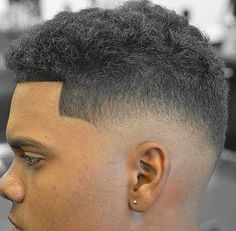 The low skin fade haircut is a stylish and popular hairstyle whose main feature is cutting the hair to a bald inches from the ear and back hairline. Popular Haircuts, Haircuts For Men, Skin Fade Comb Over, Low Skin Fade Haircut, Low Bald Fade, Ponytail Haircut, Thick Natural Hair, Modern Pompadour, Textured Haircut