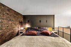 Спальня под потолком, компактный, но вместительный гардероб и уютная кухня-гостиная на первом этаже – благодаря нестандартному подходу дизайнеру удалось разместить все необходимое на 35 квадратах
