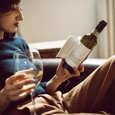 Le vignoble italien Matteo Correggia et le studio de design Reverse Innovation ont imaginé la collection Librottiglia, des bouteilles de vin de 375ml dont les étiquettes renferment des petites histoires et des nouvelles à lire en sirotant votre verre.