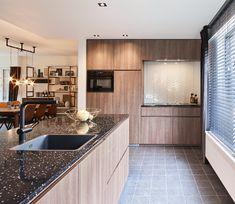 Rob en Phylicia konden hun ogen niet geloven toen ze hun nieuwe woning in Berlare betraden. Wat een verandering! Een tweedelige, trendy keuken met composieten werkblad, een ingebouwde vaatwasser op hoogte, veel kastruimte met voorraadladen, bestekladen, potten- en pannenladen. Wat willen ze nog meer? Zo snel mogelijk genieten van hun nieuwe keuken! #interieurdesign #keuken #keukeninspiratie Kitchen Island, Kitchen Cabinets, Home Decor, Design, Casseroles, Tv, Instagram, Cutlery Drawer Insert, Drawers