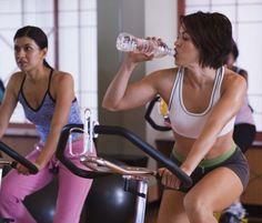 11 coisas que atrapalham perder gordura abdominal.  2. Treino errado – Correr ou fazer aula de spinning são ótimas atividades para o coração e perda de peso. No entanto, o exercício cardiovascular sozinho não vai eliminar os centímetros restantes da sua cintura. É preciso combinar a ele um treino de resistência, como a musculação ou pilates, que aumentam a massa muscular e, assim, estimulam o corpo a queimar mais gordura.