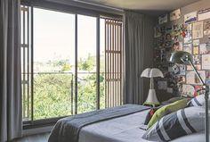 Dans la chambre des parents, les volets en red cedar ont été réalisés par le menuisier Vladimir Drouzik. Lorsqu'ils sont ouverts, on profite de la vue sur Notre-Dame-de-la-Garde. Linge de lit AM.PM, couvre-lit en lin Maison de vacances.