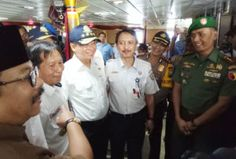 AKBP Takdir dampingi Menhub dan Gubernur Pantau arus balik di Pelabuhan Gapura Surya Tribratanews Polda Jatim