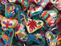 Los Tenangos son bordados únicos inspirados en figuras mitológicas, grabado por nuestros antepasados en las cuevas de la comunidad de San Nicolás. Se utiliza la punta denominada pata de gallo. Llavero Bordado a mano de Tenango de Doría - Hidalgo Artesanía- hilos en nogada - handmade - hecho a mano Textiles, Christmas Ornament Crafts, Folk Art, Embroidery, Blanket, Crochet, Creative, Pom Poms, Key Chains