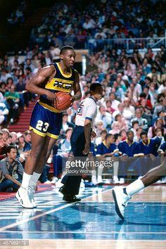 Fotografia de notícias : LaSalle Thompson of the Indiana Pacers passes the...