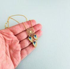 Was sagst du, ein Schmuckstück tragen, das bringt Ihnen Ruhe? Mit diesem Glück Charme um den Hals gehen, die Welt zu erobern. Schicke ethnischer Schmuck, schätzen Sie ihre Zartheit und Leichtigkeit.  ➜OPTIONS  ⤇ Farben ❶ * Türkis, Mint, rot und gold ❷ * Mint, Türkis, Kobalt und Gold ❸ * gelb, blau, Karibik, Ecru und Gold  ⤇ Größe Small = 42 cm Medium = 45 cm groß = 50 cm  ✄ wie die meisten Marke Schmuck ist diese Kette anpassbar  ⇲ ÜBERBLICK  Mini Muster gemacht die Nadel hänge...