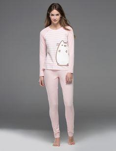 Yo llevo esta camista para descansar. La camista de rayas es rosa. Hay es un foto de un gato en la camiseta. La marca es Women's Secret.