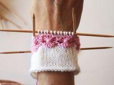 kukkaraita eli venäläinen pitsikukka Tutoril in Finnish Knitting Videos, Knitting Stitches, Free Knitting, Knitting Socks, Baby Knitting, Knitting Patterns, Knitted Mittens Pattern, Knit Mittens, Tapestry Crochet