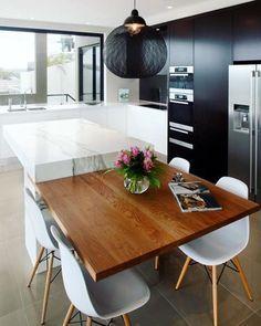 Cozinha Gourmet preto e branca com destaque para a bancada de madeira! Kitchen black and white ✨⚫️⚪️#decor #decorar #design #decorando #decorado #interiores #designdeinteriores #home #homedecor #homesweethome #instacool #instalovers #instadecor #instalike #instagood #ideias #ideas #inspiração #inspiration #cozinha #kitchen #blackandwhite #brancoepreto #pretoebranco