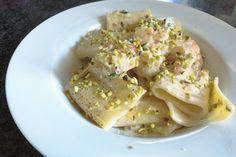 I paccheri con crema di mascarpone, gamberoni e granella di pistacchi sono un primo piatto molto particolare e diverso dal solito. Ecco la ricetta