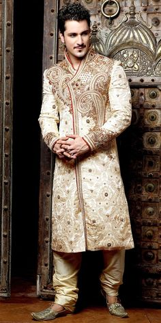 very smart Indian wedding Sherwani for men :) Middle Eastern Clothing, Middle Eastern Fashion, Middle Eastern Men, Wedding Men, Wedding Suits, Wedding Groom, Trendy Wedding, Mens Sherwani, Wedding Sherwani