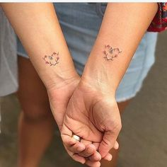 ▷ Ideas and Inspirations for Siblings Tattoo Moti .- ▷ 1001 + Ideen und Inspirationen für Geschwister Tattoo Motive small tattoos wrist, siblings with same tattoos, heart of red roses - Sibling Tattoos, Sister Tattoos, 3 Best Friend Tattoos, Wrist Tattoos For Women, Small Wrist Tattoos, Tattoo Small, Mother Daughter Tattoos, Tattoos For Daughters, Mother Daughters