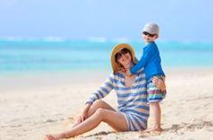 ¡Sol, playa, arena y… protección! Protégete a ti y a tus hijos del sol cubriéndose lo más que puedan.