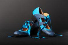 """Chaussures en cuir  Art H Pied   Modèle Femme"""" Amalia"""" Bleu et turquoise, rubans satin turquoise Crédit Photo Jorge P"""