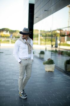 Voile Blanche Liam – grey sneaker with yellow details Burberry Men, Gucci Men, Mdv Style, Street Style Magazine, Tom Ford Men, Men's Toms, Hugo Boss Man, Grey Sneakers, Calvin Klein Men