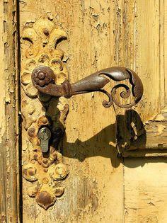 wonderful yellow chippy door & rusty door knob