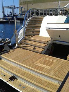 Fabrication et pose de la plateforme arrière et de la plateforme de bain sur le main deck de l'Alfa Nero.