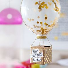 Anniversaire : Comment faire un paquet cadeau DIY original ? Birthday: How to make a DIY and origina Birthday Diy, Birthday Presents, Birthday Cards, Balloon Birthday, Diy 18th Birthday Gifts, Balloon Gift, Diy Birthday Decorations, Birthday Gifts For Her, Glitter Balloons