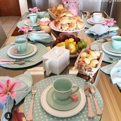 🌸🌺Bom dia !!!! E mais um dia lindo hoje p gente correr atrás dos nossos sonhos 💖💚 Feliz quarta ! Quando postei essa mesa fiz uma brincadeira p descobrir o erro, quem aí sabe ? ☺ 🎥Retrospectiva 16 💐 #mesapostabyanita #mesaposta #meseirasassumidas #mesadodiadia #goodmorning #breakfast #brunch