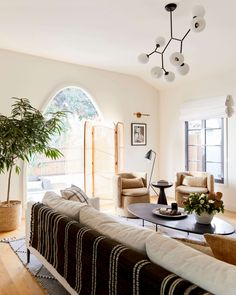 1940 Spanish Modern – Ginny Macdonald Blue And White Pillows, White Cushions, White Sofas, Estilo Interior, Interior Styling, Interior Design, Black Accent Table, Spanish Modern, Home