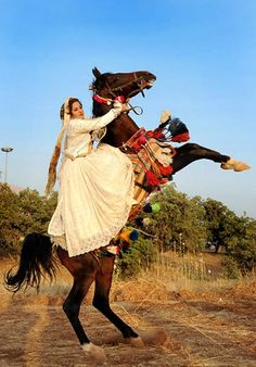 Qashqai iranian woman on horse. The horse is essential in the lives of the nomad tribes, and men and women are equally expererienced riders. Farah Diba, Qajar Dynasty, Teheran, Iran Travel, Persian Culture, Iranian Women, People Of The World, Central Asia, Portraits
