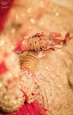 pose to show mehndi n jewelry Indian Wedding Photography Poses, Bride Photography, Wedding Poses, Wedding Shoot, Fashion Photography, Wedding Dresses, Mehendi Photography, Jewelry Photography, Photography Portfolio