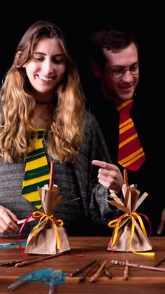 Give your guests the ultimate party favors, these quidditch treat bags will be a hit. Baby Harry Potter, Harry Potter Motto Party, Harry Potter Treats, Harry Potter Fiesta, Harry Potter Thema, Harry Potter Halloween Party, Harry Potter Birthday Cake, Harry Potter Baby Shower, Harry Potter Food