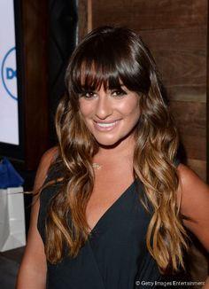 Lea Michele usa mechas californianas em seus fios castanhos