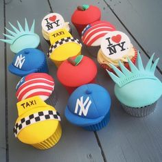 New York City cupcakes Love Cupcakes, Fondant Cupcakes, Cupcake Cookies, New York Party, New York Kuchen, Nyc Cake, New York Dance, Broadway Theme, Cupcake Wars