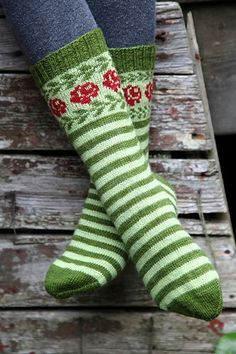 Longing for Gotland pattern by Sofia Kammeborn These socks are inspired by old Gotlandic socks with roses and leaves in stranded knitting. Crochet Socks, Knitting Socks, Hand Knitting, Knit Crochet, Knit Shoes, Patterned Socks, Wool Socks, Fair Isle Knitting, Knitting Accessories