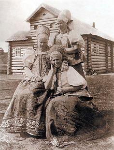 Сохранили и хранят русский наряд староверы, христиане-старообрядцы.