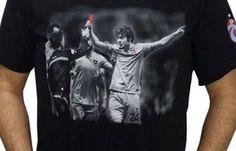 Trabzonspor'dan tişörtlü gönderme - Salih Dursun'un hakem Deniz Ateş Bitnel\'e gösterdiği kırmızı kart anı tişört olarak TS Clup mağazalarında satışa sunuldu