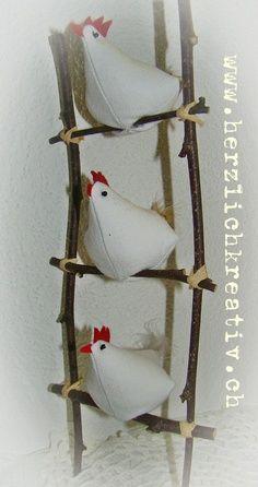 Easter crafts - fabric hens on ladder - høns i stof på gren stige Easter Crafts, Felt Crafts, Fabric Crafts, Sewing Crafts, Diy And Crafts, Sewing Projects, Chicken Crafts, Chickens And Roosters, Fabric Birds