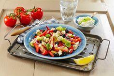 Lag gresk salat hjemme i ditt eget kjøkken. Salaten passer til det meste, spesielt grillmat, men smaker også godt alene en varm sommerdag.