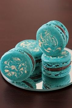Turquoise Macaroons with chocolate filling. I do not generally eat blue food, but these look festive and fun. Could be used for a wedding or party! Azul Tiffany, Tiffany Blue, Chocolate Filling, Chocolate Ganache, Macarons Chocolate, Chocolate Swirl, Chocolate Covered, Cupcakes, French Macaroons